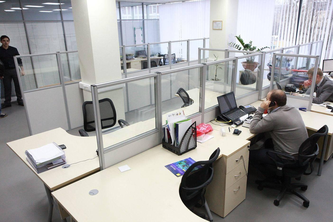 Экраны для столов в офисе